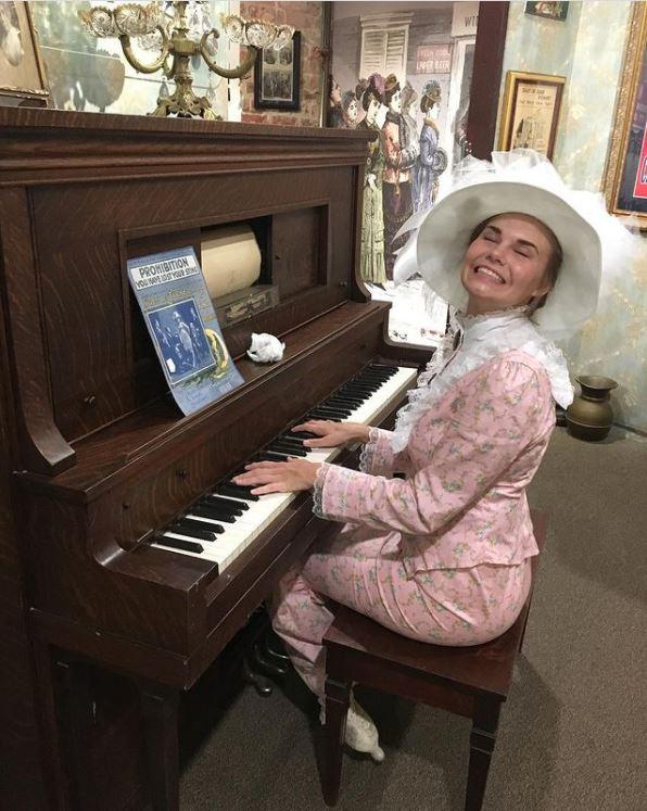 Woman-playing-piano-Prohibition-Museum